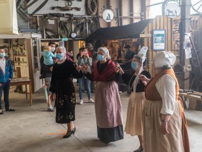 Nos animateurs bénévoles se proposent de vous initier à la danse bretonne. Venez danser quelques pas  ensemble