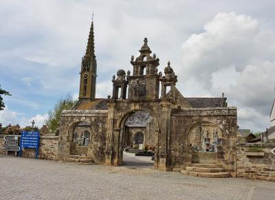 Marie Thérèse et ou Marie Josée vous font une visite guidée de l'église et de l'enclos paroissial